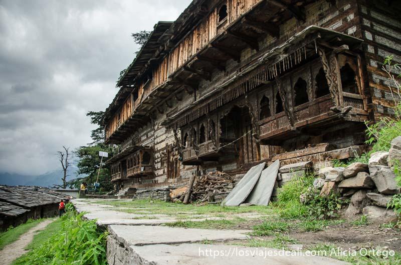 gran casa con balcones de madera con relieves