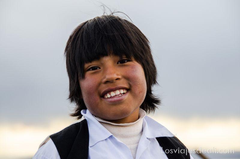 niño del lago Titicaca sonriendo