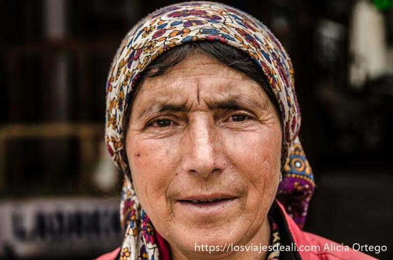 retrato de mujer mayor con pañuelo de flores en la cabeza en leh
