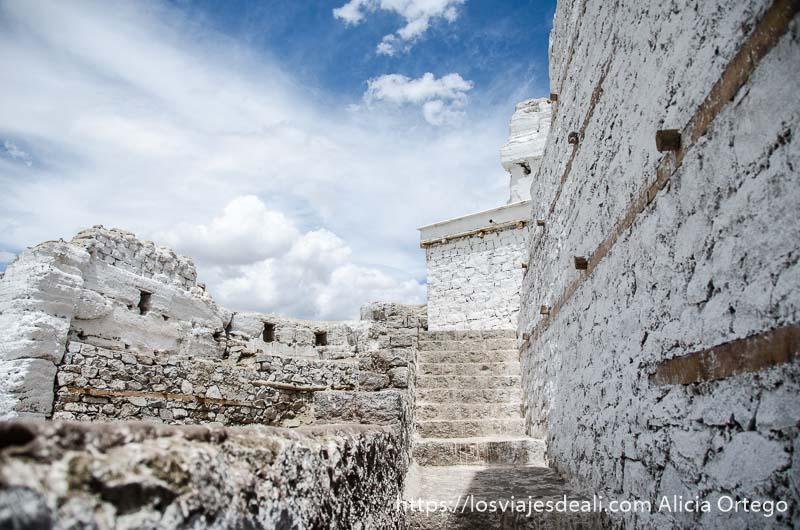edificios y escaleras del monasterio de leh pintados de blanco