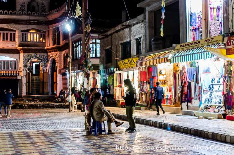 calles de Leh de noche con escaparates iluminados