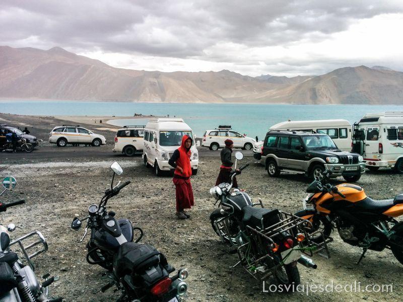 motos y coches en lukung en lago pangong
