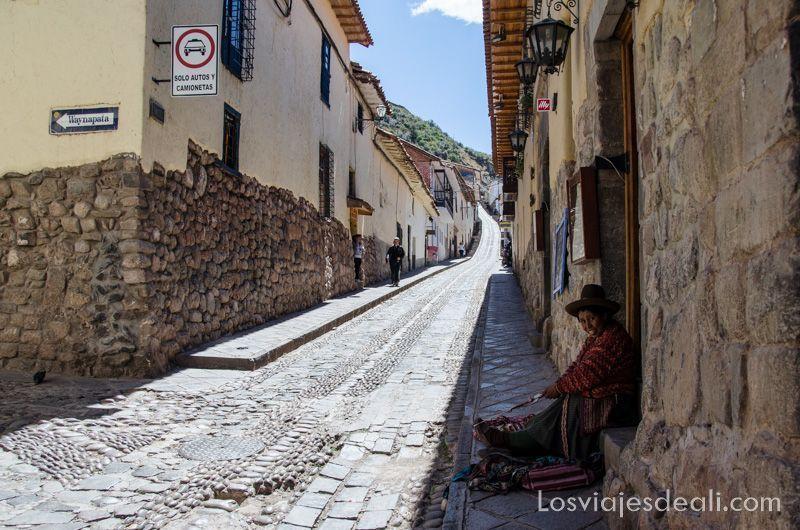 calle empedrada con casas cuyo muro bajo es de piedra inca