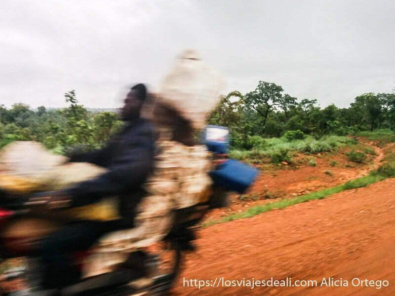 pareja montada en moto con bultos en movimiento natitingou