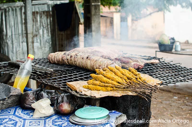 puesto de pinchos de carne a la brasa natitingou