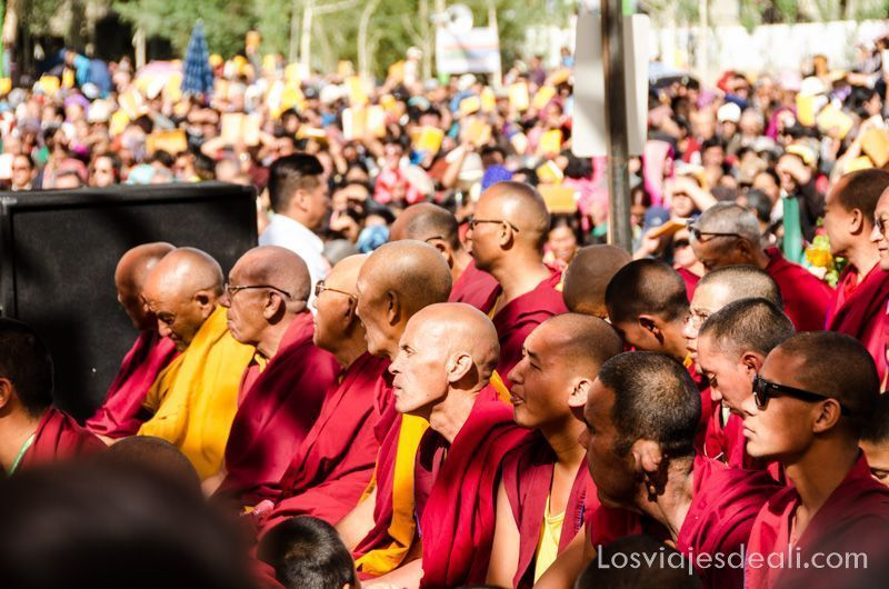 monjes en una conferencia del Dalai Lama