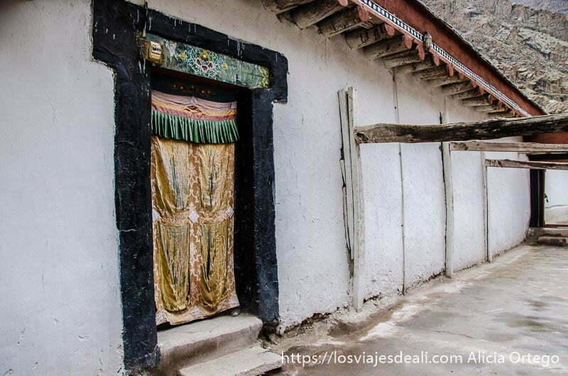 puerta del piso superior del monasterio en valle del indo