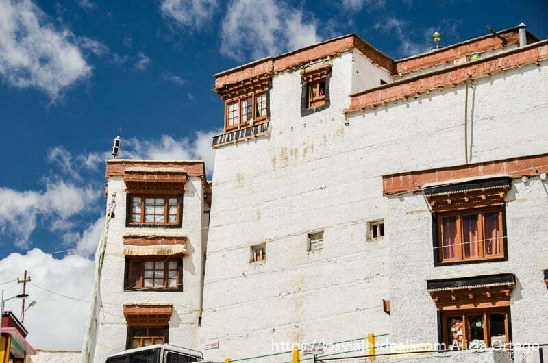 fachada del monasterio de likir pintada de blanco con tres pisos y ventanas de colores valle del indo