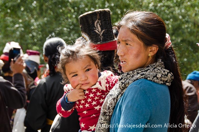 mujer tibetana con su niña de 1 año valle del indo