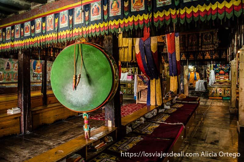 tambores de oración pintados de colores en el interior de un templo budista del valle del indo