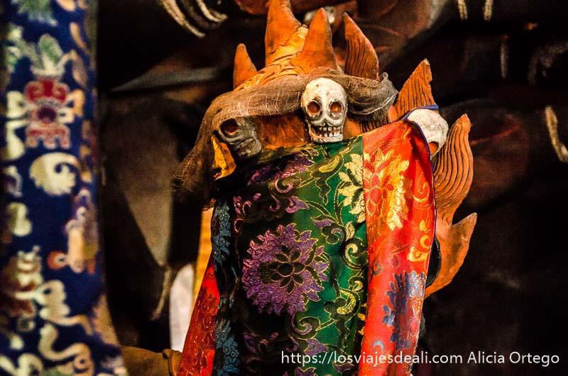 objeto envuelto en sedas de colores con calaveras pequeñas sobresaliendo valle del indo