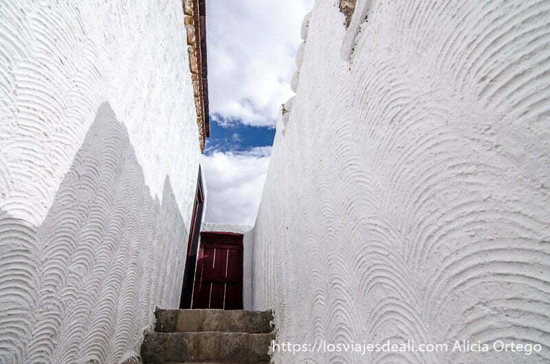 callejón estrecho con paredes blancas valle del indo