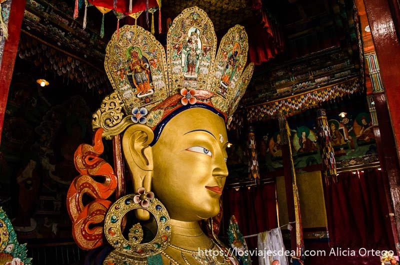 estatua de buda con cara pintada de oro valle del indo