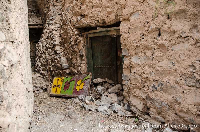 casa antigua con puerta de metal pintada de colores cordillera al hajar