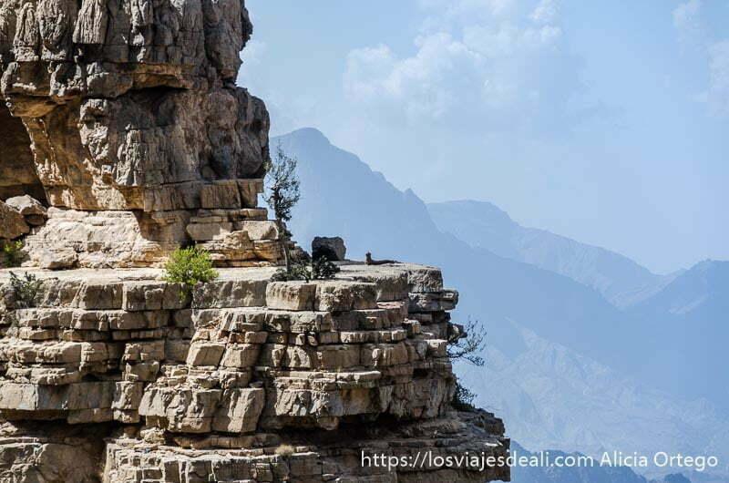 plataforma de roca que parece un balcón en la cordillera al hajar de omán