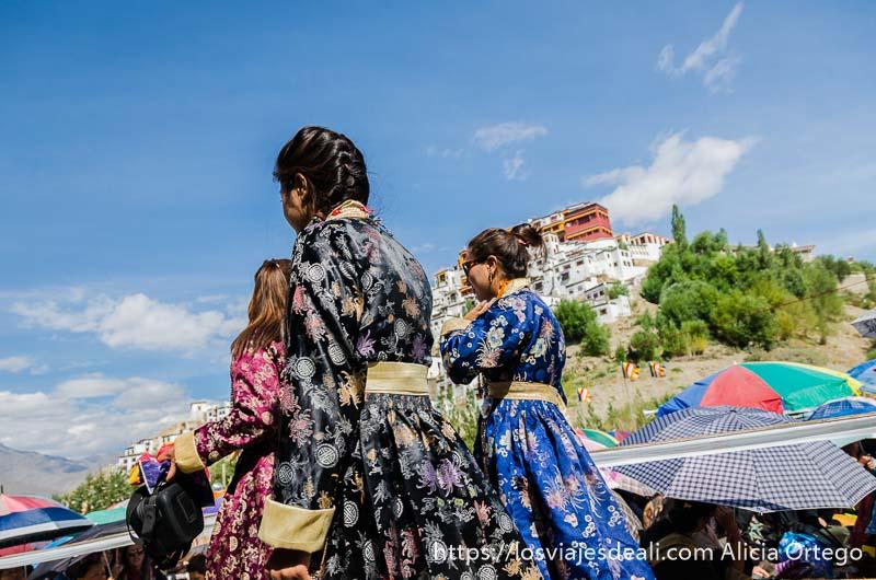 mujeres tibetanas con trajes de seda bordados y trenzas una conferencia del dalai lama