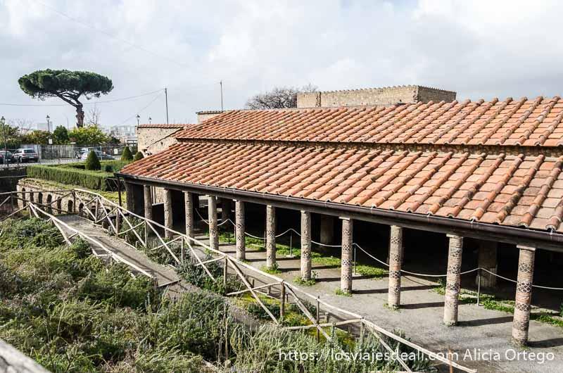 exterior de la villa de los misterios con soportal de columnas a lo largo de la pared visita a pompeya