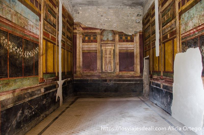 habitación de la villa de los misterios llena de frescos en las paredes visita a pompeya