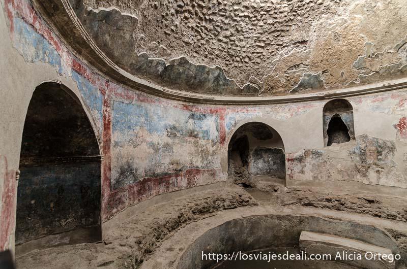 rincón de termas de forma circular y con restos de pinturas en las paredes visita a pompeya