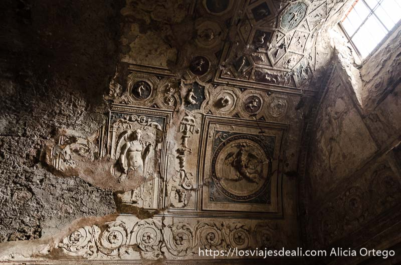 decoración de relieves con figuras y motivos florales en las termas