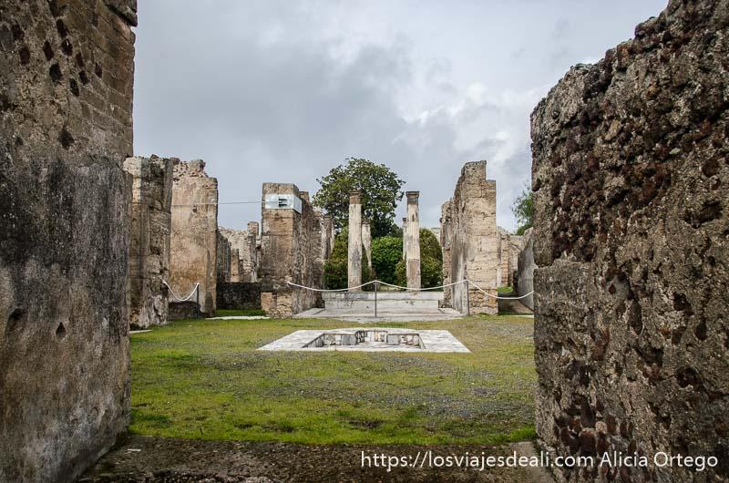 jardín de pompeya con estanque para el agua y columnas