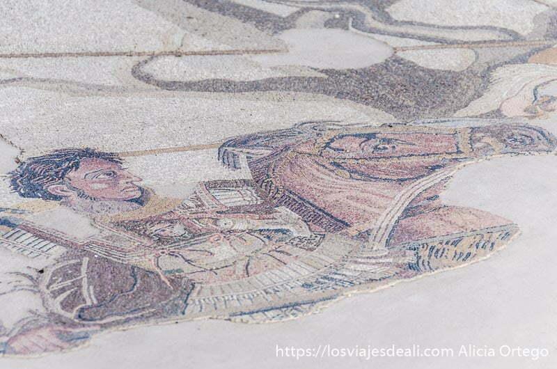imagen de alejandro magno a caballo en un mosaico