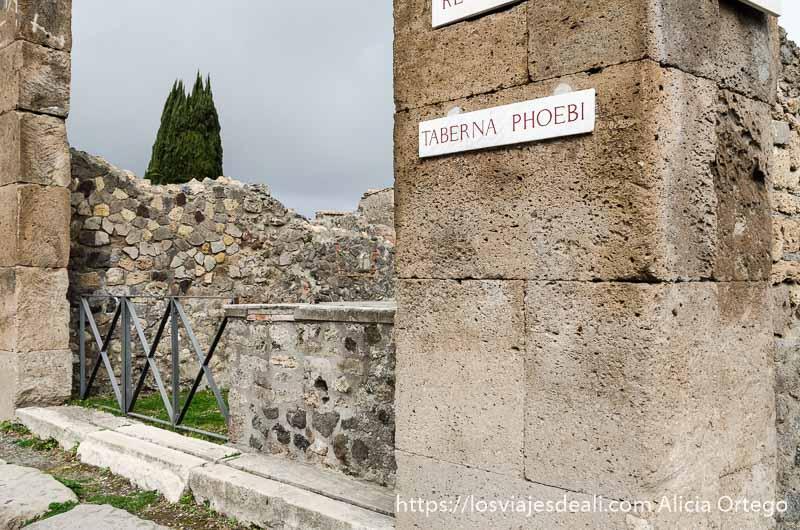 mostrador y cartel de una taberna visita a pompeya