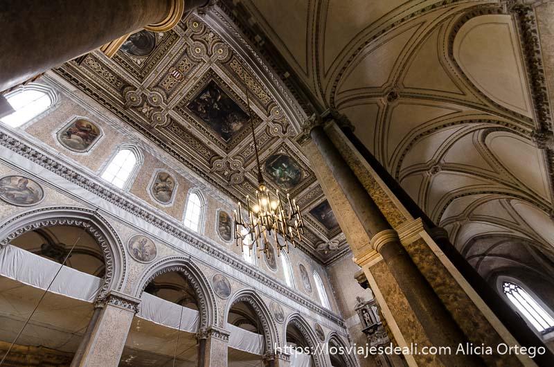 vista de galerías superiores de catedral de nápoles