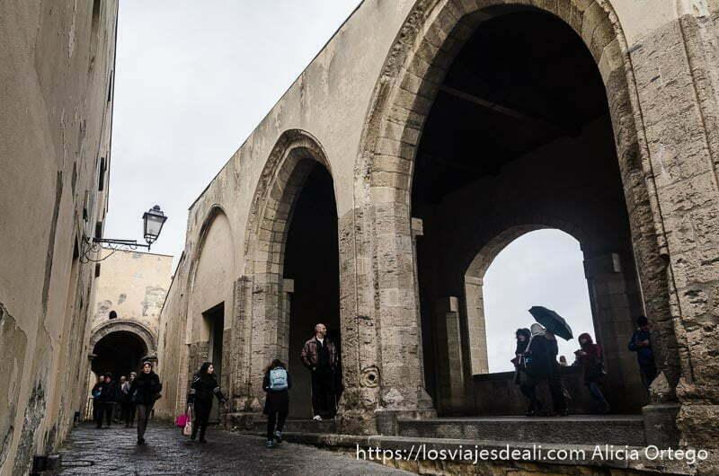 grandes arcos que se asoman al mar dentro del castillo del huevo paseos por nápoles