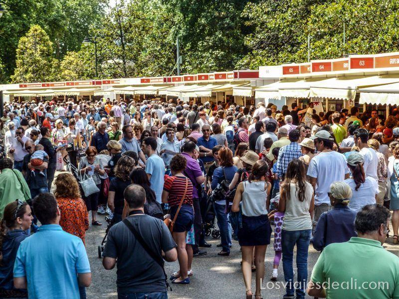 gente en la Feria del Libro de Madrid