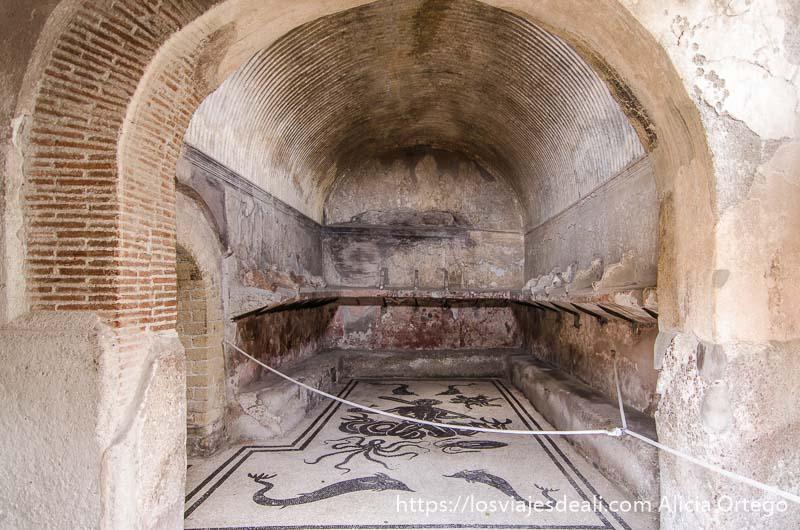 mosaico en habitación con arco de ladrillo visita a herculano
