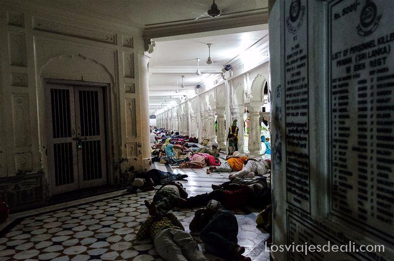 durmiendo en el templo dorado de los sijs