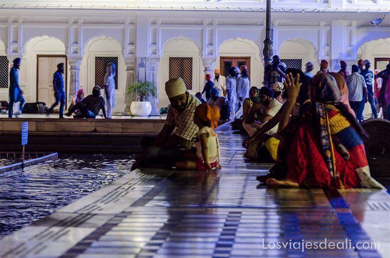 gente en el templo dorado de los sijs