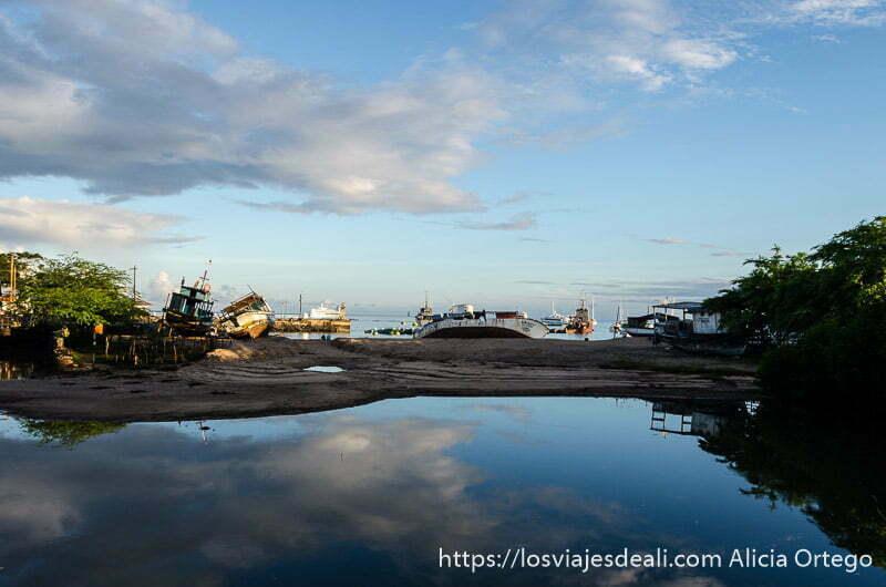 barcos varados reflejándose en el agua en isla san cristóbal galápagos