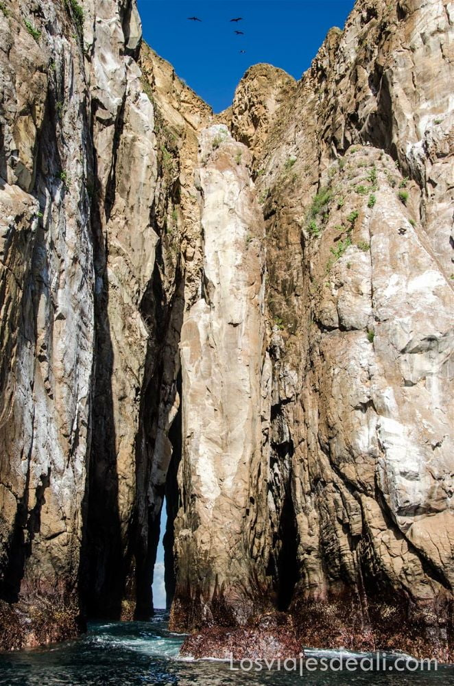 roca león dormido en vertical isla san cristóbal galápagos