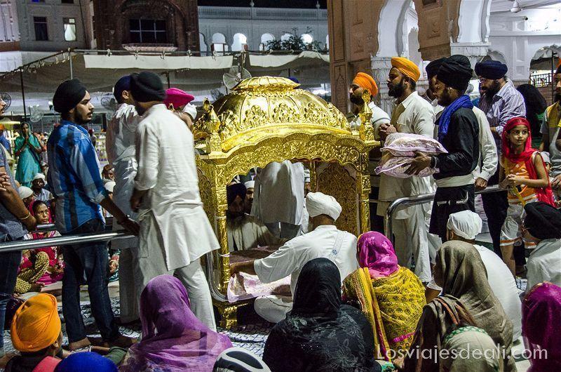 libro sagrado en el templo dorado de los sijs