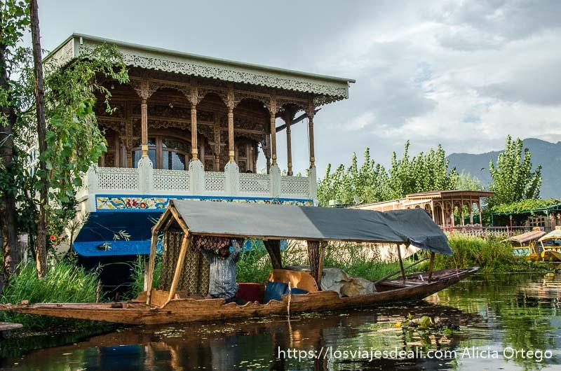 houseboat del lago dal en srinagar con barca delante
