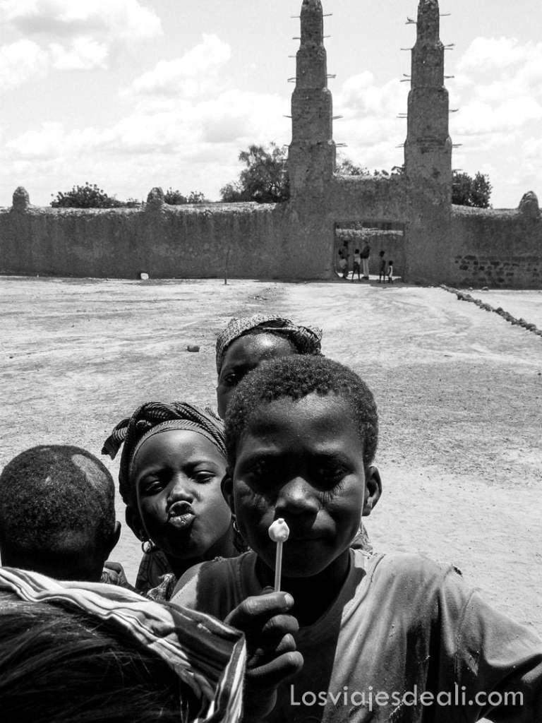 niños poniendo caras ante la cámara en la gran mezquita de Bani
