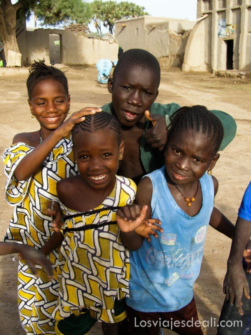 niños en un pueblo del río niger