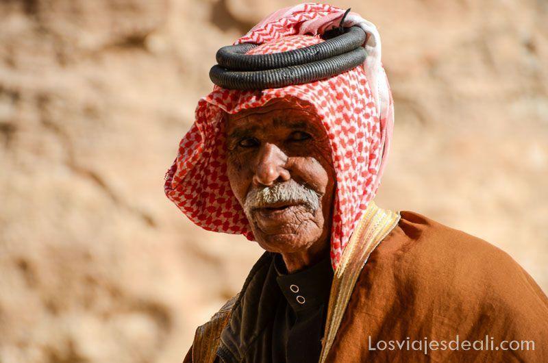 beduino en pequeña petra