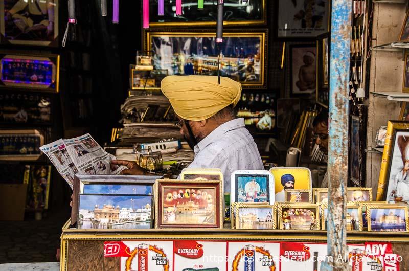 tienda con dependiente sij junto al templo dorado de los sijs