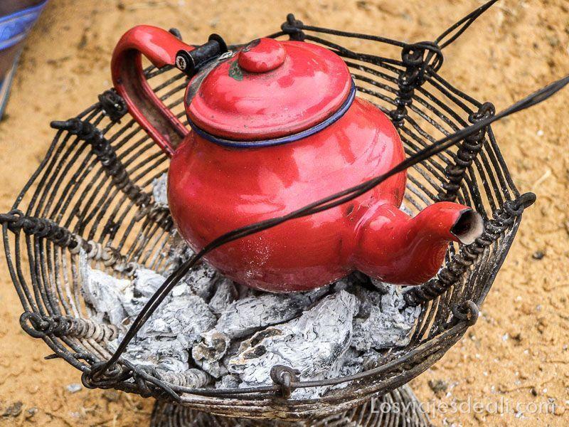 tetera roja sobre brasas para darnos la bienvenida por qué viajar a África
