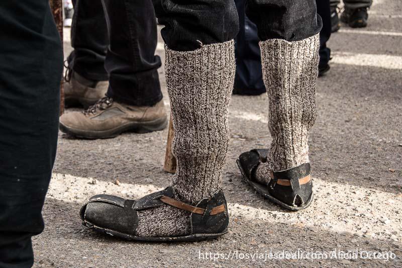 sandalias de caucho hechas a mano con medias de lana hasta media pierna es el calzado de los gancheros del alto tajo