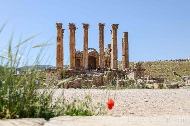 templo de Artemisa con 6 columnas delante de la entrada