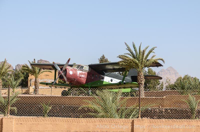 avioneta en desierto de wadi rum