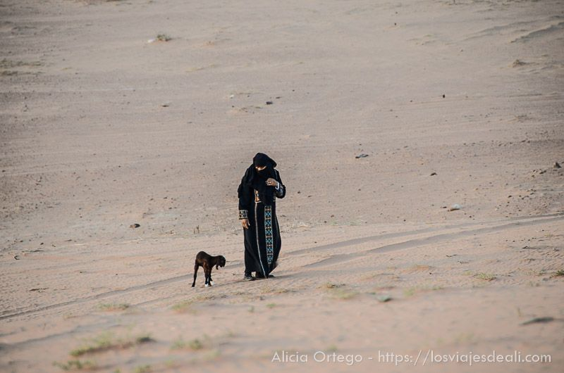 beduina en desierto de wadi rum