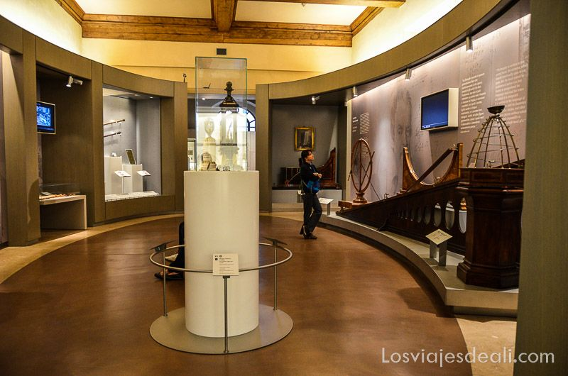 Sala del Museo de Galileo en Florencia con instrumentos astronómicos y paneles explicativos