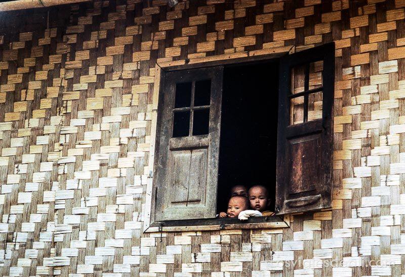 myanmar niños en ventana