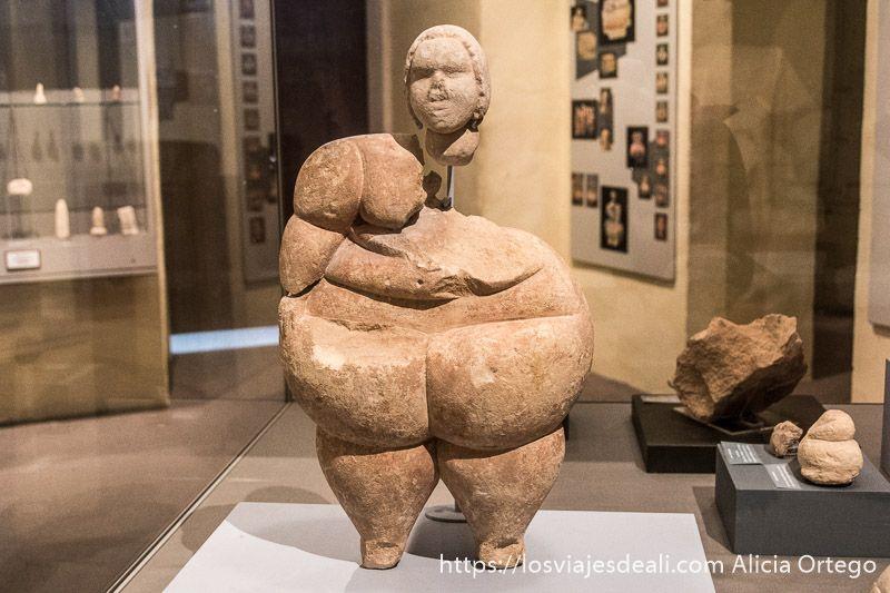 estatua de dama gorda en el museo arqueológico de Malta