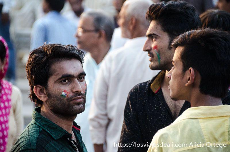 gente en la ceremonia frontera india-pakistan